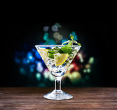Alcoholic cocktail with lemon and mint in a martini glass — Stock fotografie