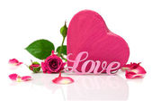 "Pink word ""love"", gift box in the shape of hearts and roses — Stock Photo"