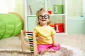 Dítě weared brýle s abacus — Stock fotografie