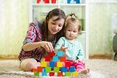 Mère et son enfant jouent avec des jouets à l'intérieur — Photo