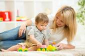 Mom and kid boy playing block toys at home — Stock Photo