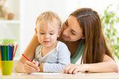 Matka a její dítě tužku dohromady — Stock fotografie
