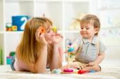 милая мать и ребенок мальчик, играя вместе крытый — Стоковое фото
