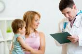 Kid and his mother consulting with the doctor in hospital — Stock Photo
