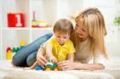 Ragazzo del bambino e della donna che gioca con il giocattolo coperto — Foto Stock