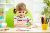 Fille enfant mignon dessin aux crayons colorés — Photo