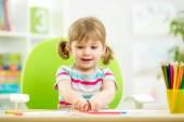 Kız çocuk ile renkli kalemler çizim — Stok fotoğraf