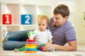 父親し、男の子遊びを一緒に赤ちゃん自宅屋内 — ストック写真