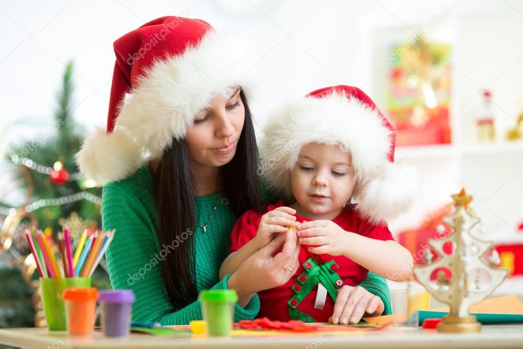 在制作橡皮泥圣诞树圣诞老人帽子