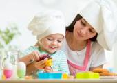 Mother and kid girl making cookies — Stock Photo