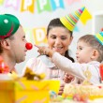 Parents have fun celebrating birthday of his son — Stock Photo #61408405