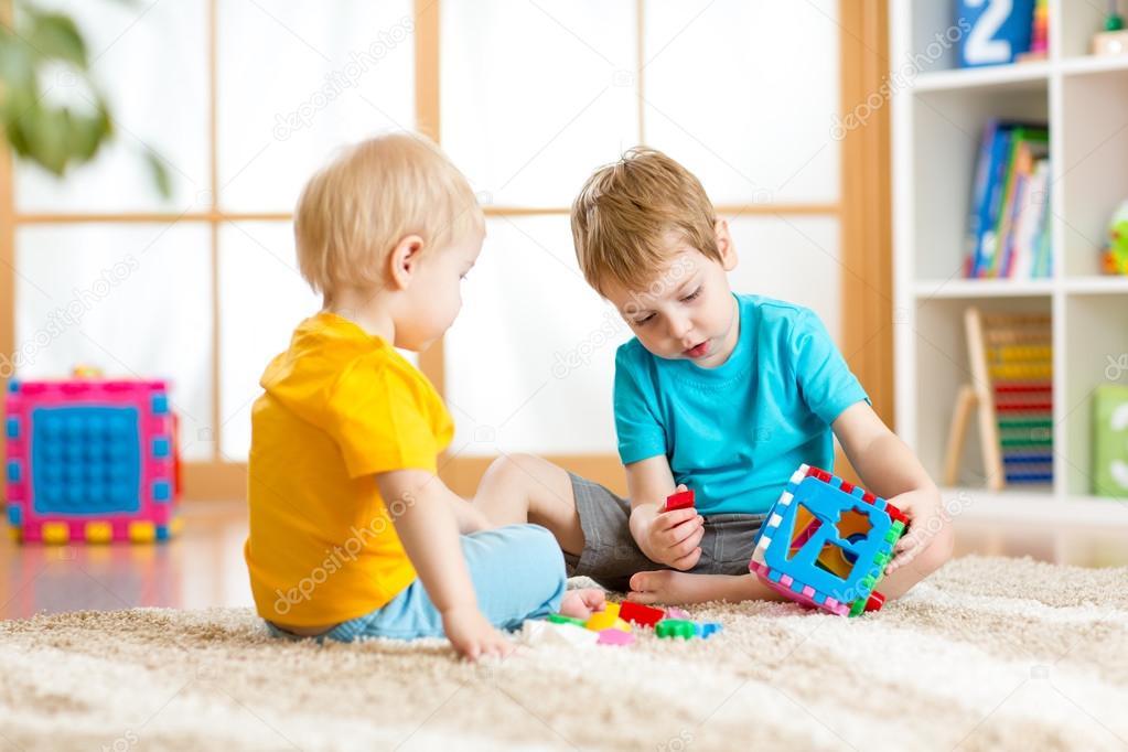 两个小男孩和益智玩具一起玩