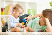 Kid and mom playing — Stock Photo