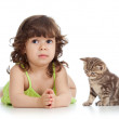 Kid flicka med kattunge — Stockfoto #63982465