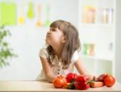 Dziecko dziewczynka z wyrazem niesmak wobec warzyw — Zdjęcie stockowe