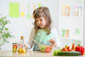 Kid preparing vegetables — Stock Photo
