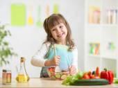 Jongen meisje bereiden van gezond voedsel — Stockfoto
