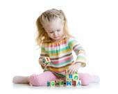 Leende liten flicka är att bygga en leksak block — Stockfoto