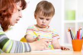 Mother and daughter child draw and paint together — Stock Photo