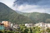 Town of Baños and Tungurahua volcano, Ecuador — Stock Photo