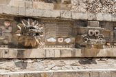 Statues of the temple of Quetzalcoatl, Teotihuacan (Mexico) — Stock Photo