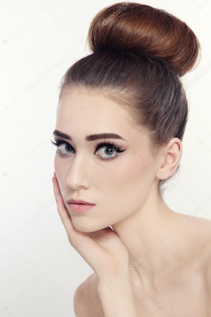 Femme avec du maquillage yeux de chat \u2013 Image