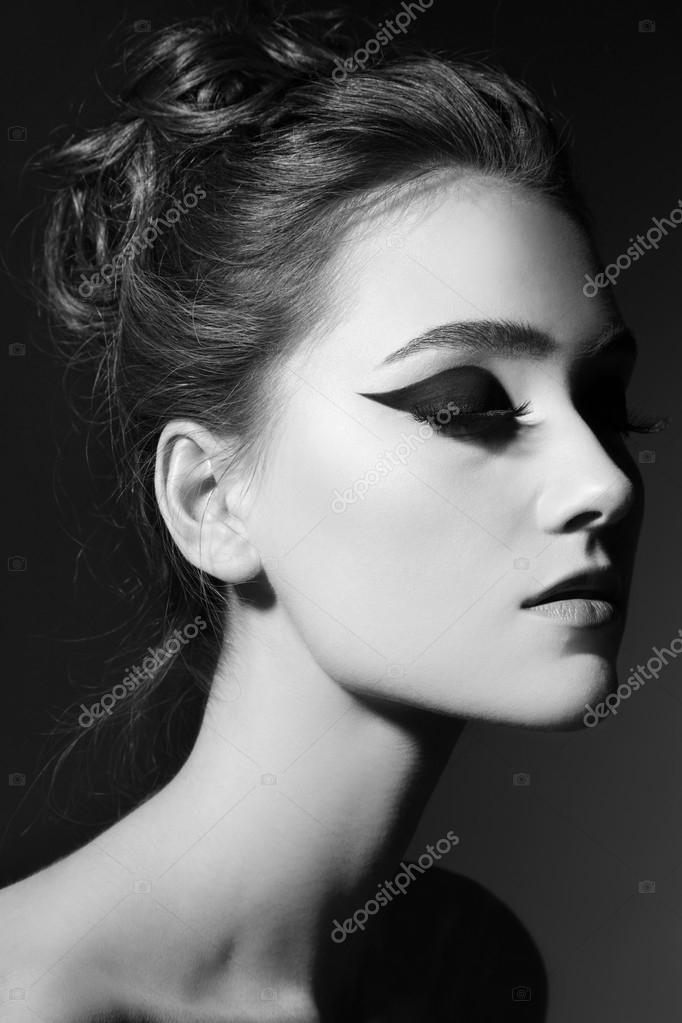 Black and white portrait of young beautiful woman with stylish cat eyes  makeup\u2014 Image de pepperbox