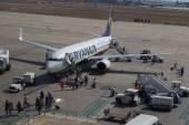 Valencia, Spain: Passengers boarding a Ryanair flight. — Stock Photo