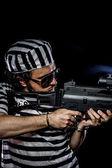 мужчина держит пулемет — Стоковое фото