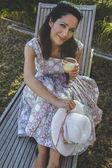 Garota madura de jardinagem no quintal. — Fotografia Stock