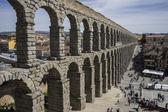 Tourist, Roman aqueduct of segovia. — Stock Photo