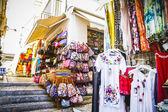 Wąska ulica autentyczne ze sklepów odzieżowych — Zdjęcie stockowe