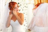 Close-up de mulher bonita usando brincos de diamante brilhante — Fotografia Stock