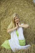 Girl with golden hair in the field — Stockfoto