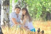 çim üzerinde yalan hamile kadın ve erkek — Stok fotoğraf