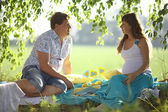 Mann und eine schwangere frau im park — Stockfoto