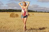 Donna nel campo d'autunno — Foto Stock