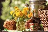 Samovar and dandelion flowers — Stock Photo