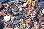 Wasser am Kiesstrand — Stockfoto