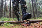 Nogi w buty spaceru w lesie jesienią — Zdjęcie stockowe