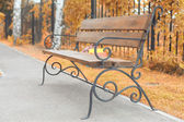 Bench in yard — Stockfoto