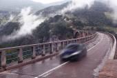 Car on bridge in the mountains — Stockfoto