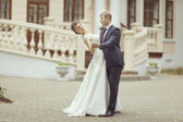 Wedding couple near palace — Stock Photo