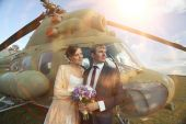 Wedding couple at helicopter — Zdjęcie stockowe