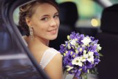 Novia en coche — Foto de Stock