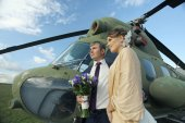 Wedding couple at helicopter — Стоковое фото