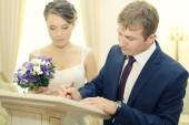 Couple signing regystry — Stock Photo