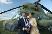 Wedding couple at helicopter — Stock Photo
