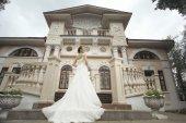 Bride near castle — Foto Stock