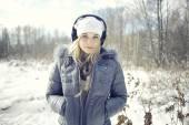 ヘッドフォンを着ている少女 — ストック写真